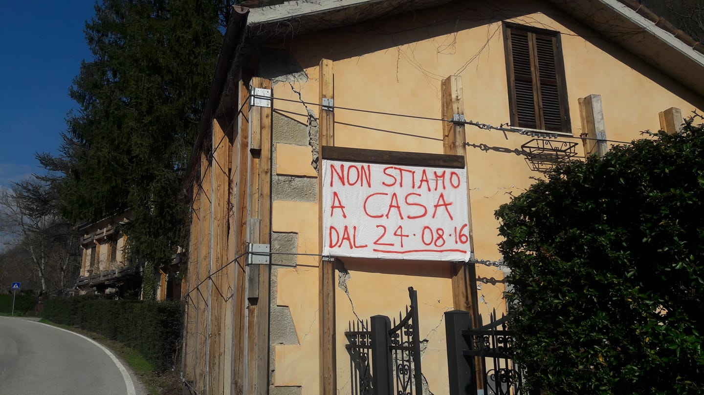 Lo striscione appeso da Carlo Cappelli ad Arquata del Tronto (da Facebook)