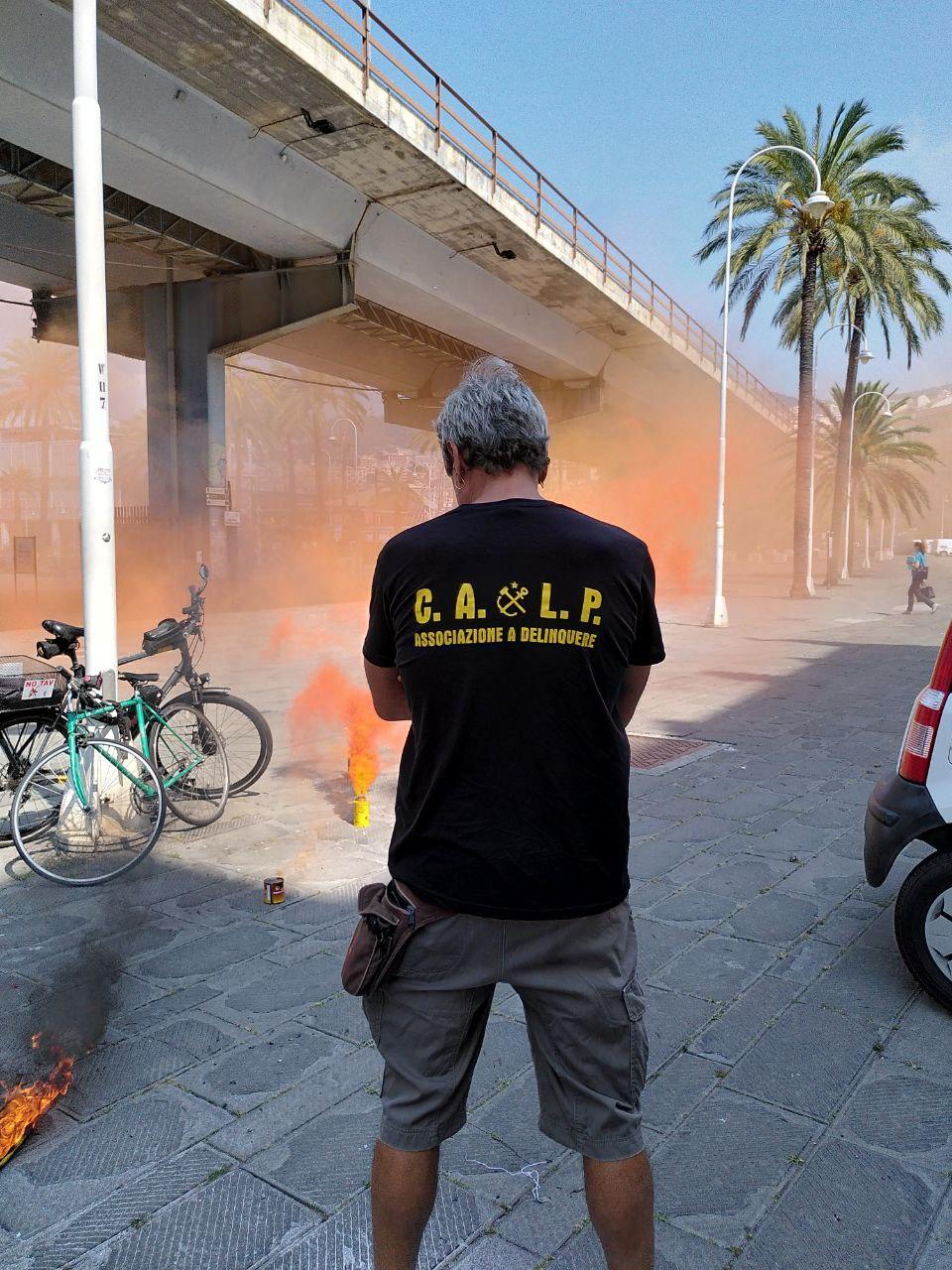 Le magliette del Collettivo autonomo lavoratori portuali contro l'inchiesta per associazione a delinquere nei confronti di sette portuali