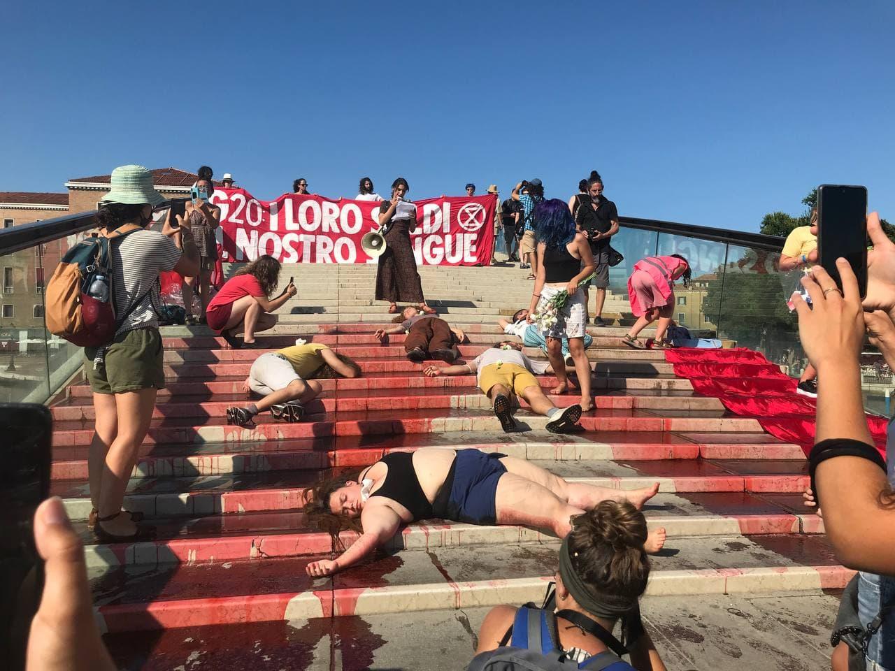 """L'iniziativa di Xr sul ponte di Calatrava sotto lo striscione """"I loro soldi, il nostro sangue"""""""